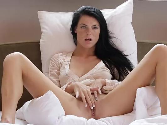 Imagen Morena masturba su coño pequeño ante la cámara