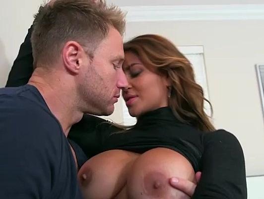 Imagen Madura muy guapa tiene sexo duro con un joven aventajado