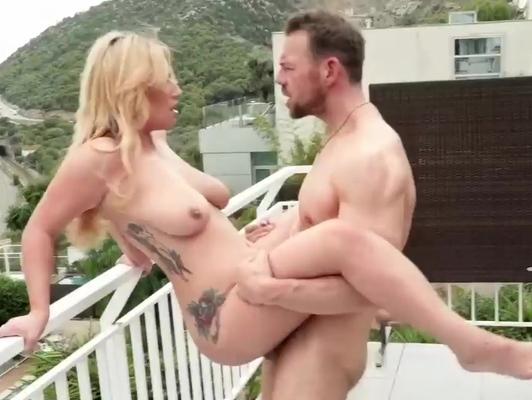 Imagen Tatuada ardiente le excita follar al aire libre
