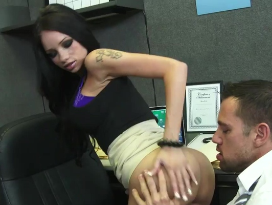 Imagen Secretaria tatuada con pechos grandes folla en la oficina