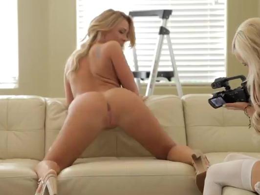Imagen Casting bella rubia en el sofá hace su primera escena