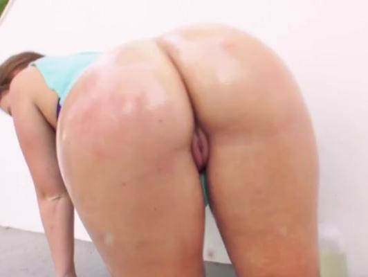 Imagen Morena con buenas nalgas en la piscina