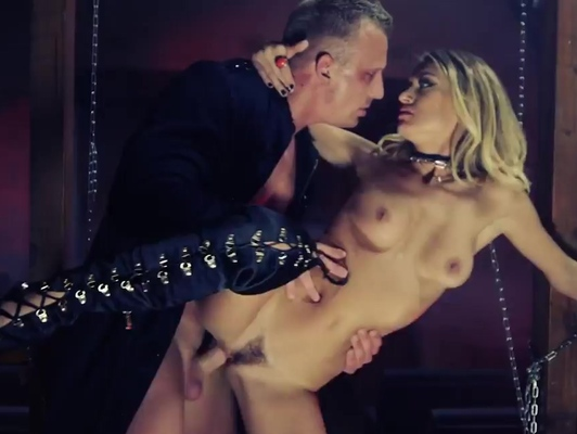 Imagen Extremo sexo duro y bestial a rubia rompiendo su culo