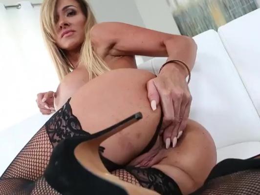 Imagen Madura muy guapa se excita y pide sexo anal a su pareja