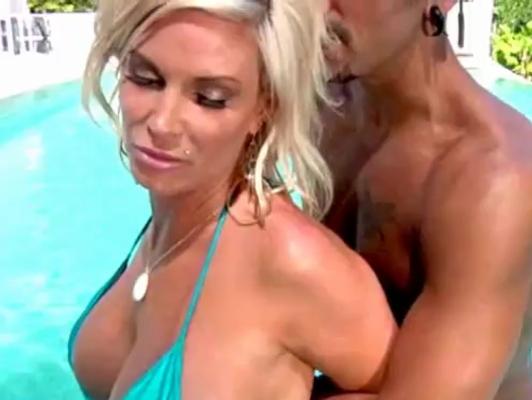 Imagen Bikini sexo en la piscina con pechugona milf