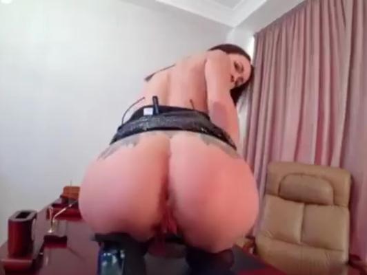 Imagen Morena masturbándose en la oficina de su padrastro